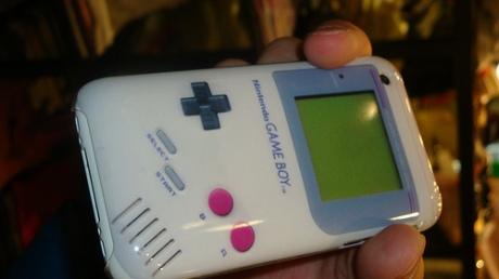 Si no me dicen que es un Iphone, caigo que es un gameboy.